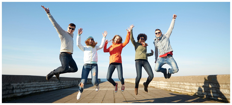 Auszubildende springen in die Luft